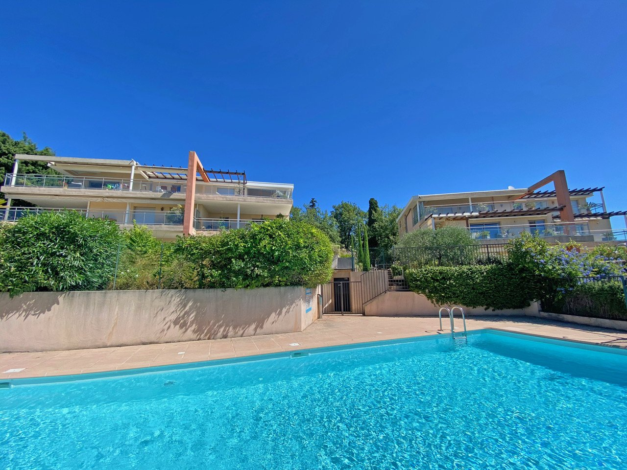 VENCE - 3 bed room garden apartment with terraces and garden, sea view, pool, 2 garages