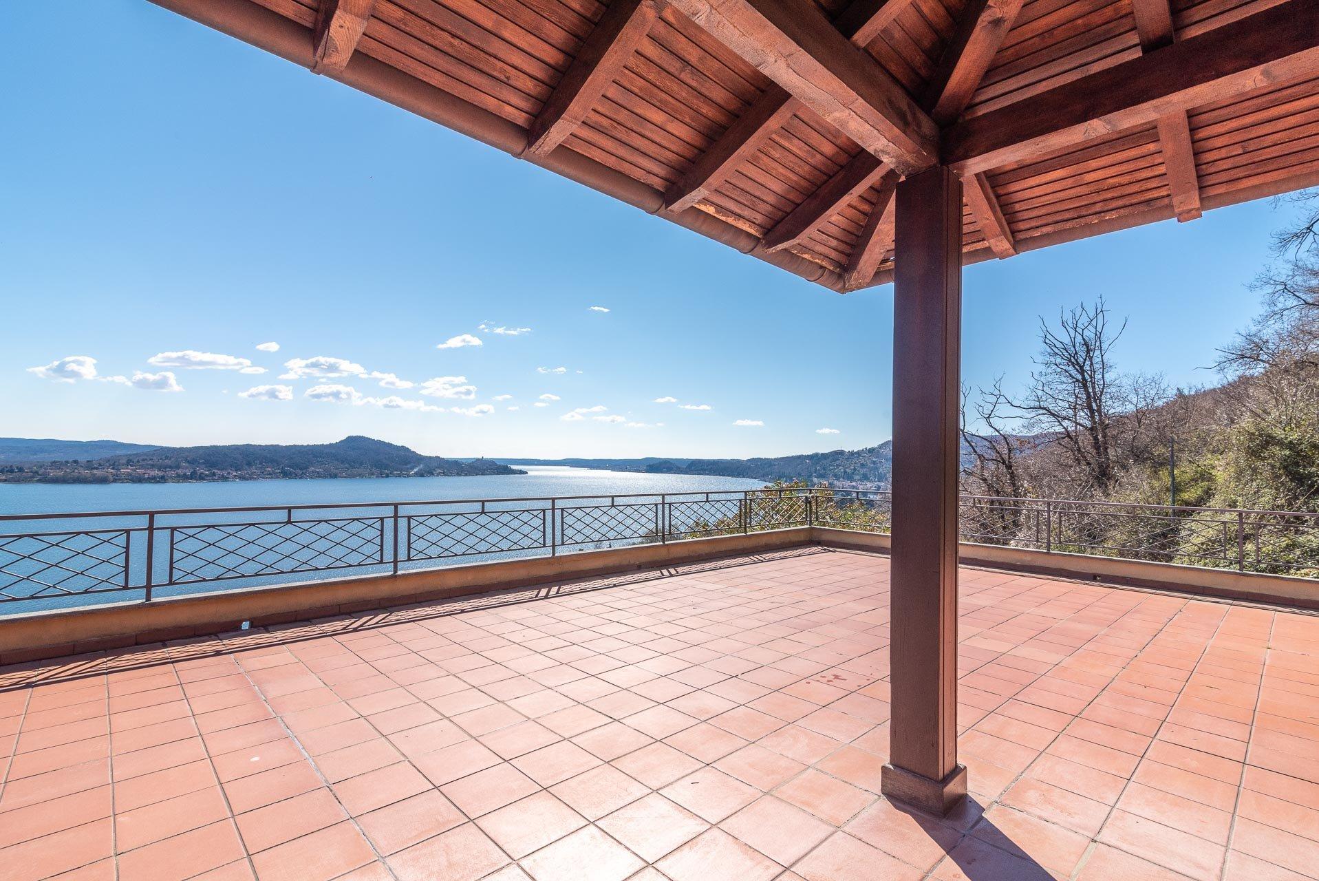 Villa auf den Hügeln des Lago Maggiore mit Swimmingpool.