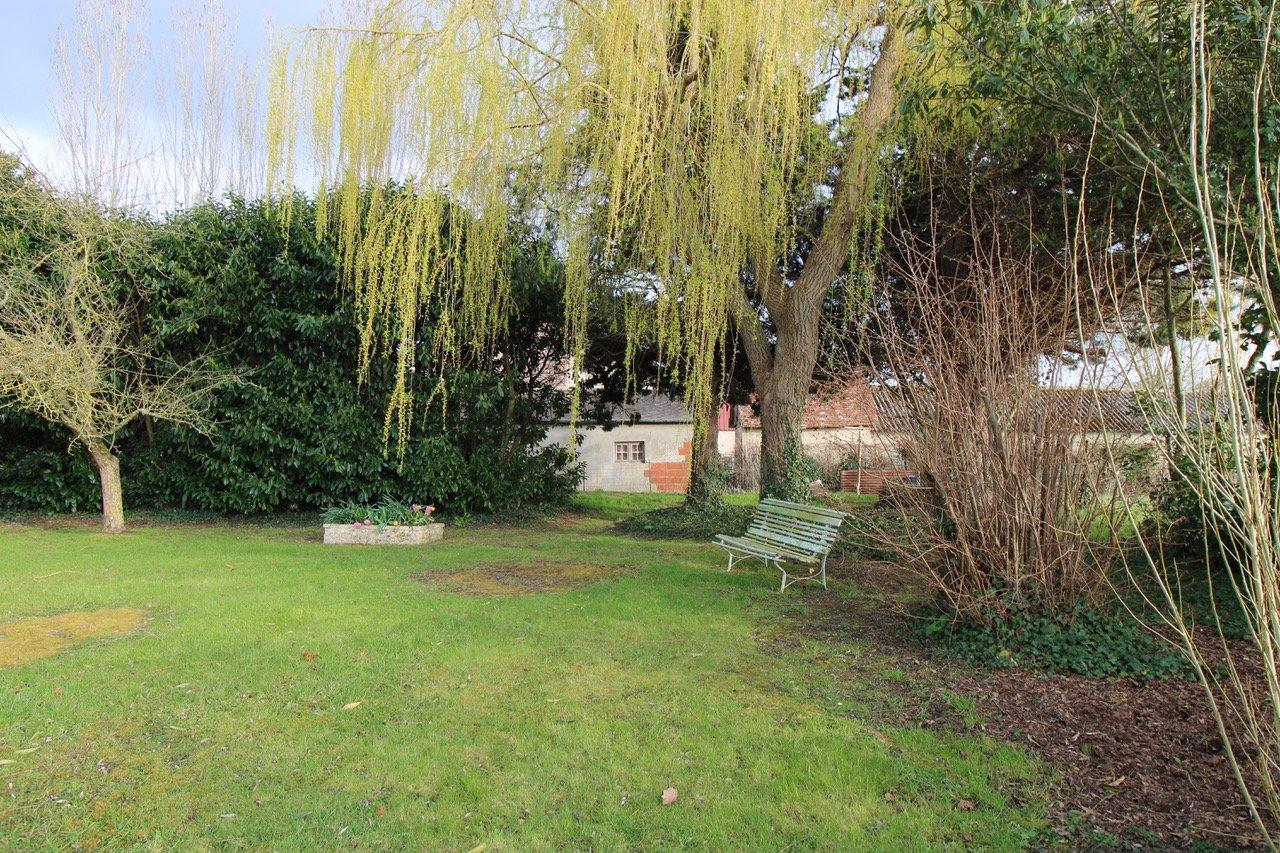 PAYS D'AUGE CALVADOS  Région de Livarot  une maison de style longère  avec un jardin