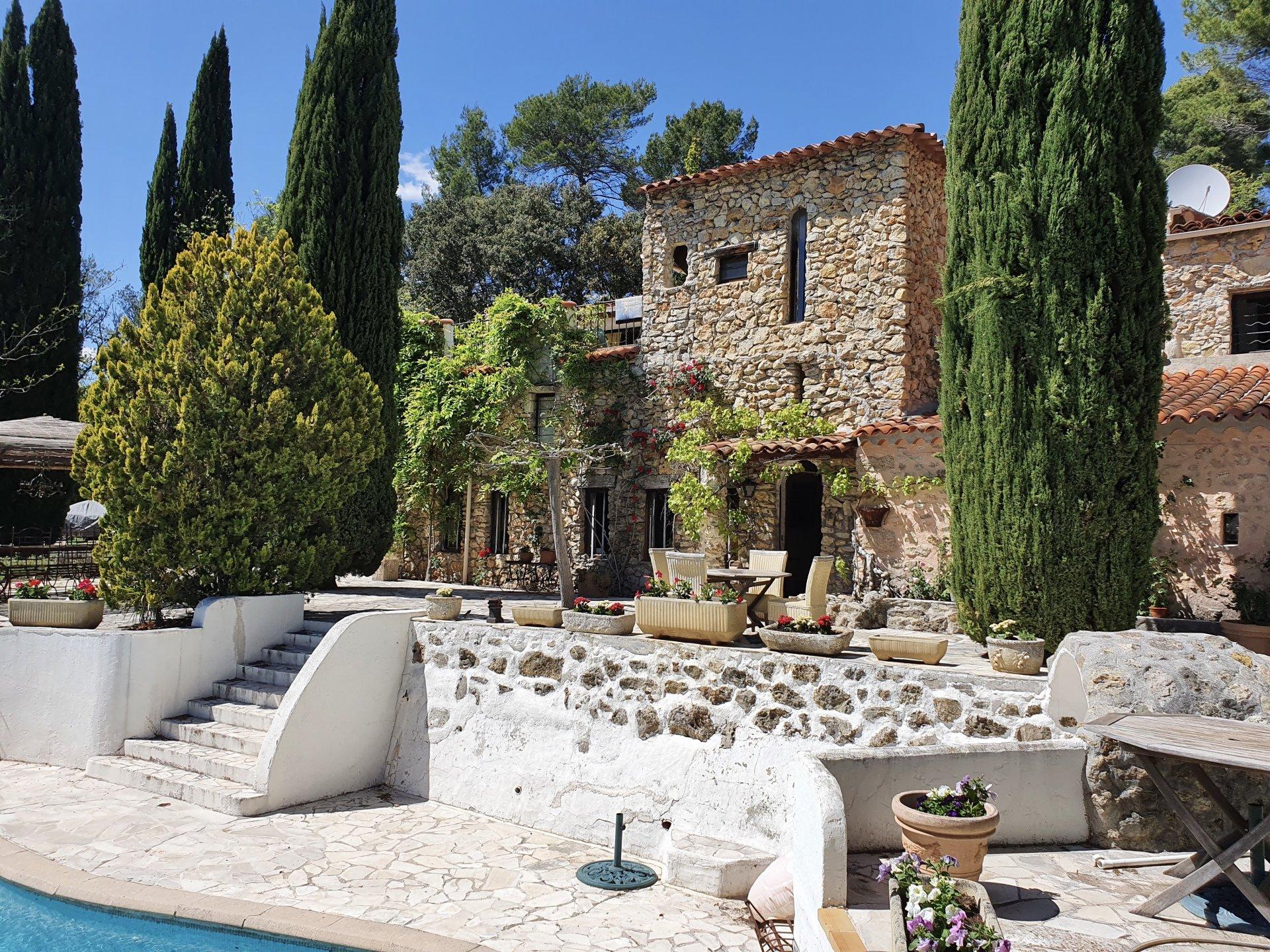 Unieke, charmant huis met 5 slaapkamers, 5  badkamers, mooie omgeving.