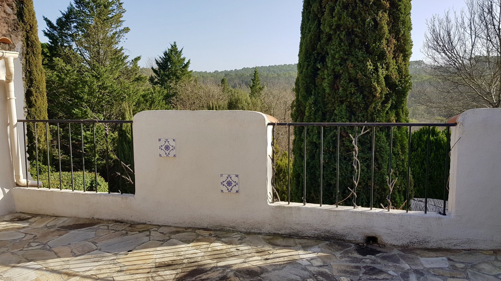 Charming property, 5 bedrooms, 5 bathrooms, lovely location.