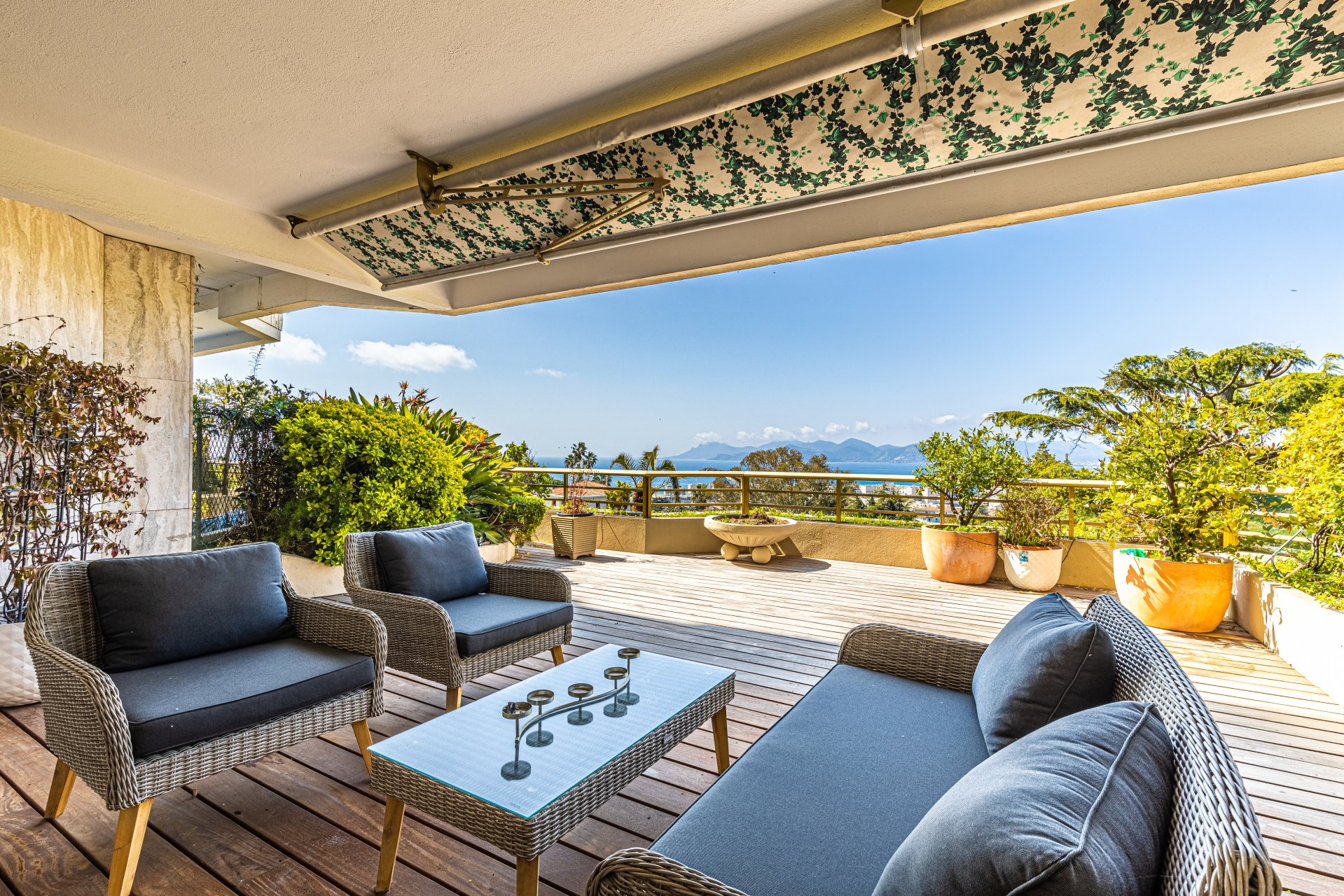 Three-bed, terraces, caretaker, pool, sea view, amenities by foot, Montfleury in Cannes
