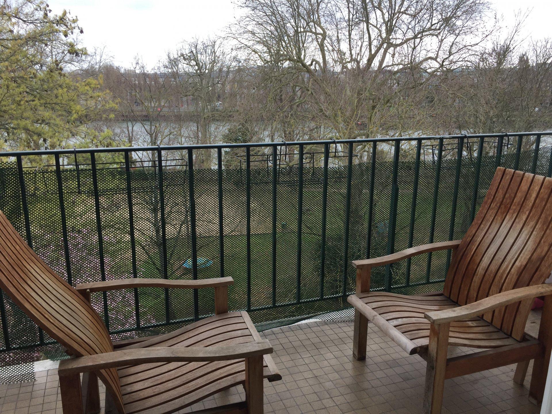 Dernier étage avec balcon et vue sur Seine sans vis-à-vis.