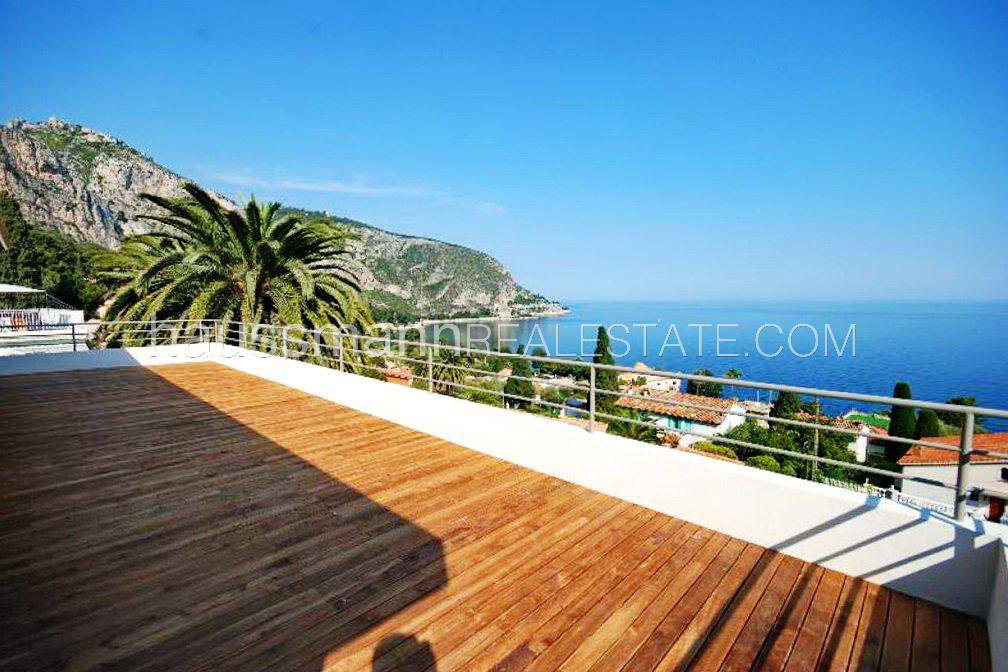 Facing the sea and at only 2 steps from beaches, contemporary villa for 10 people