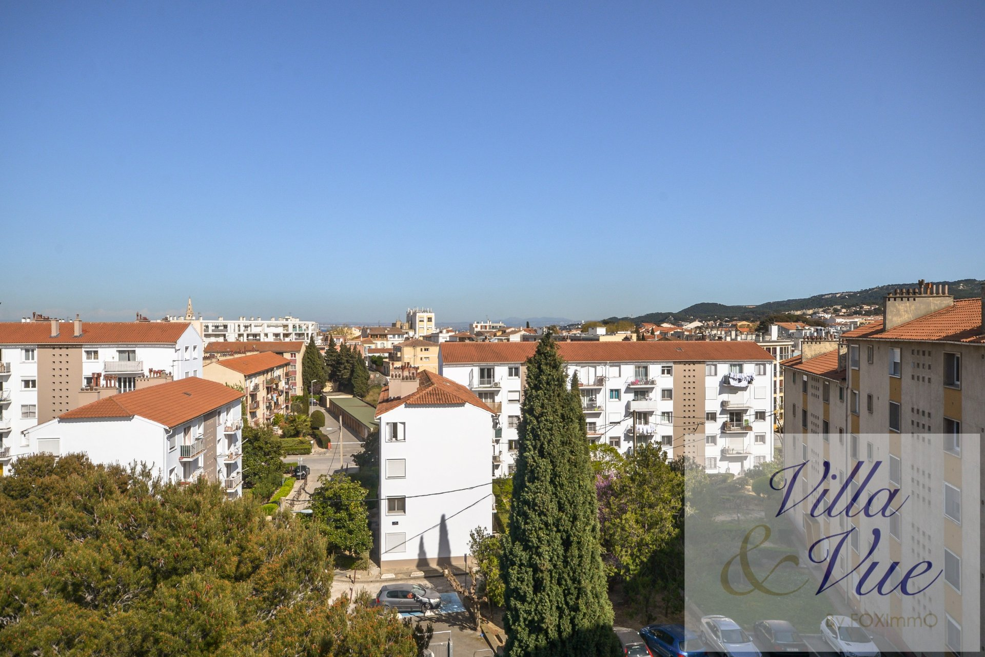 In Martigues, close to the city centre, in a quiet condominium, this 3 room flat