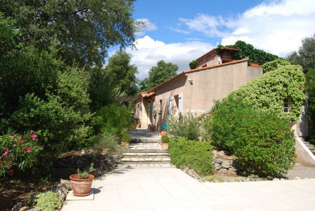 Lorgues, nice villa surrounded by wineyards