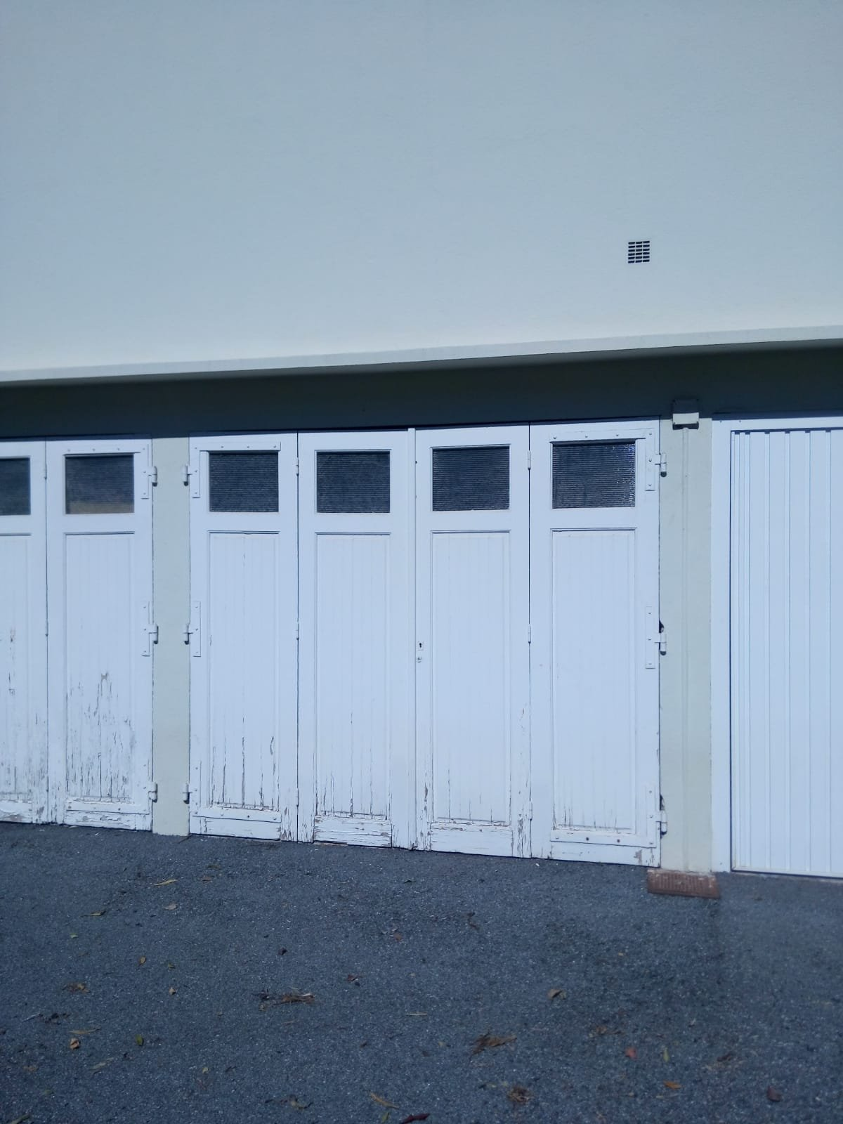 Single-storey garage near the city centre and the harbour