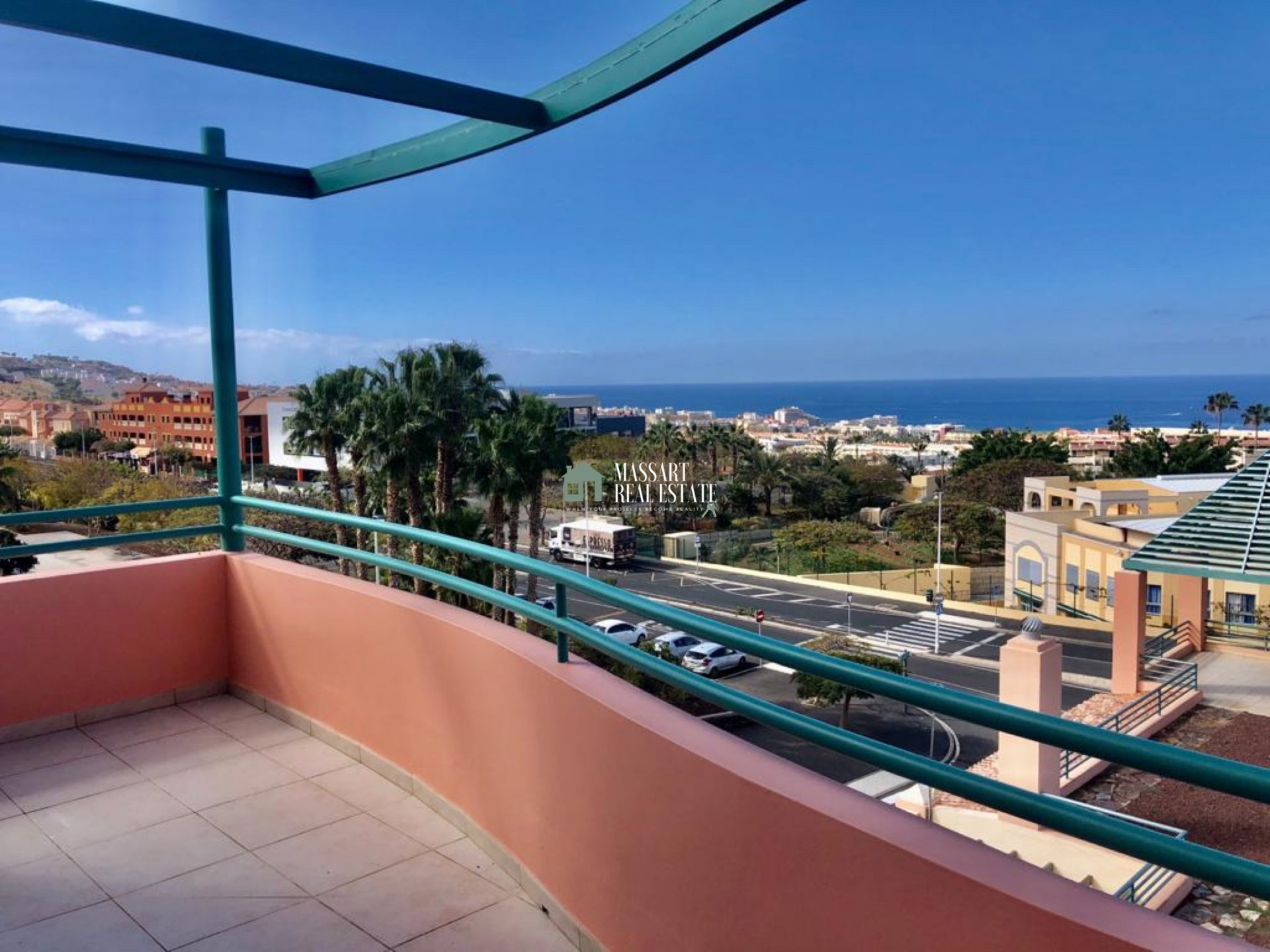 Recently renovated 132 m2 penthouse characterized by offering panoramic views of the sea and the community pool, in the prestigious area of El Madroñal (Costa Adeje).
