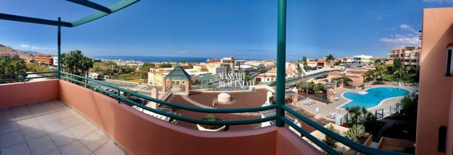 Ático de 132 m2 recientemente renovado caracterizado por ofrecer panorámicas vistas al mar y a la piscina comunitaria, en la prestigiosa zona de El Madroñal (Costa Adeje).