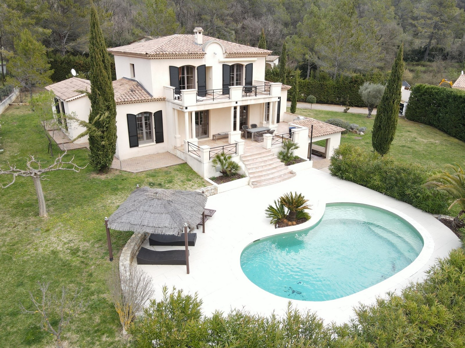Seillans: property with pool