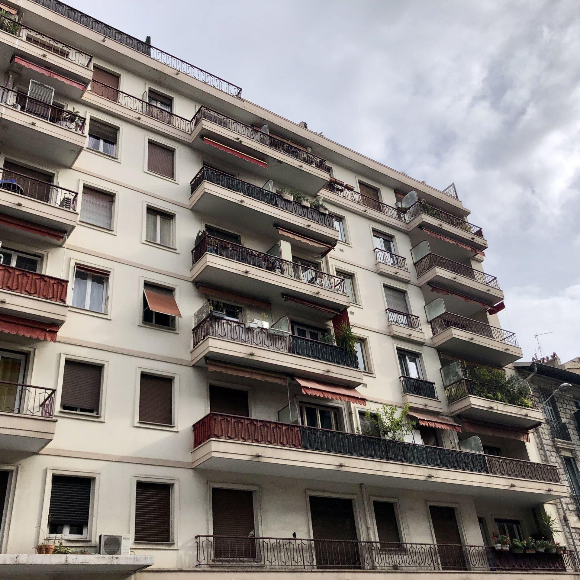 Studio rénové avec balcon - Libération