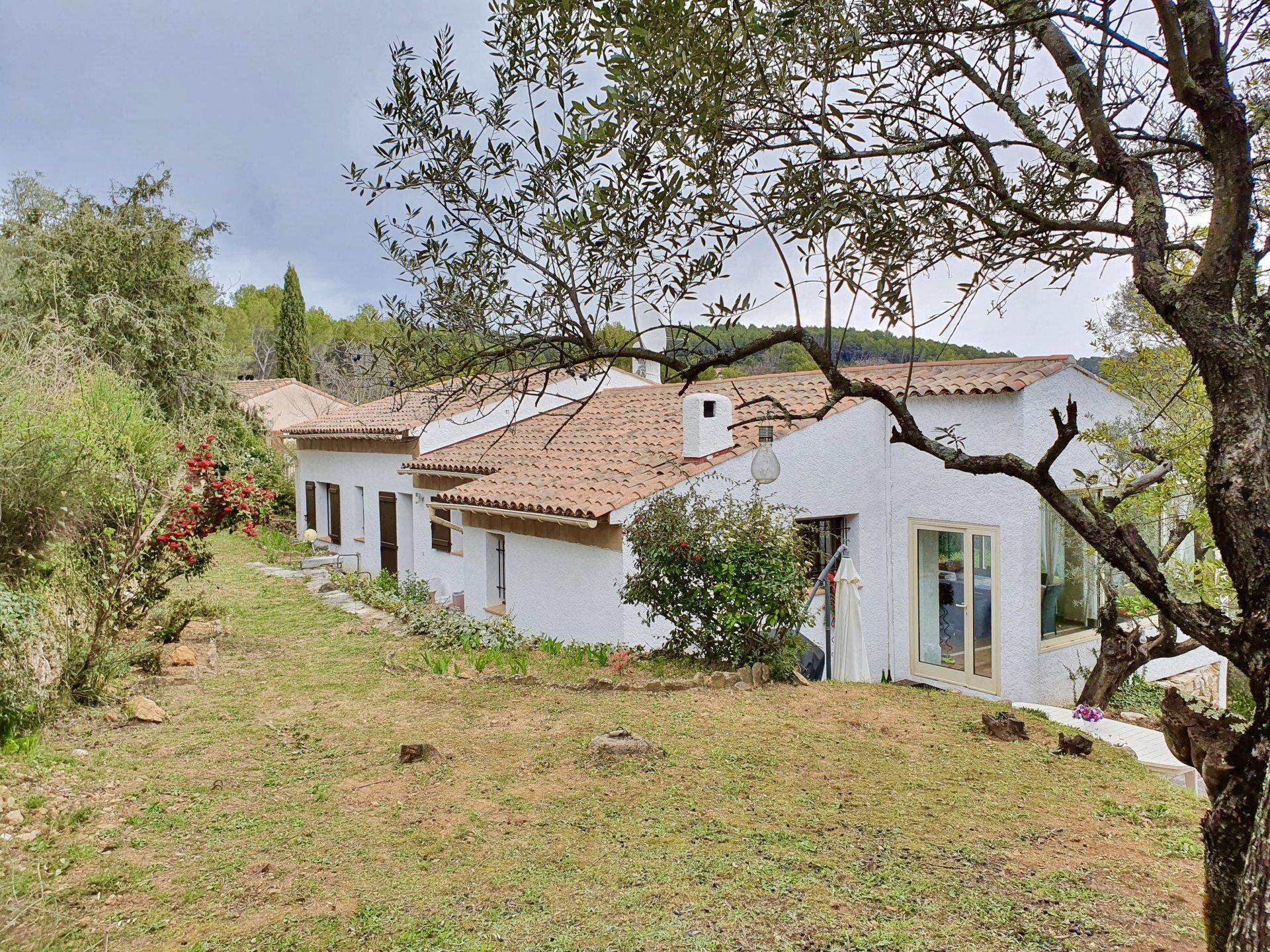 Mooi huis dicht bij het dorp gelegen.