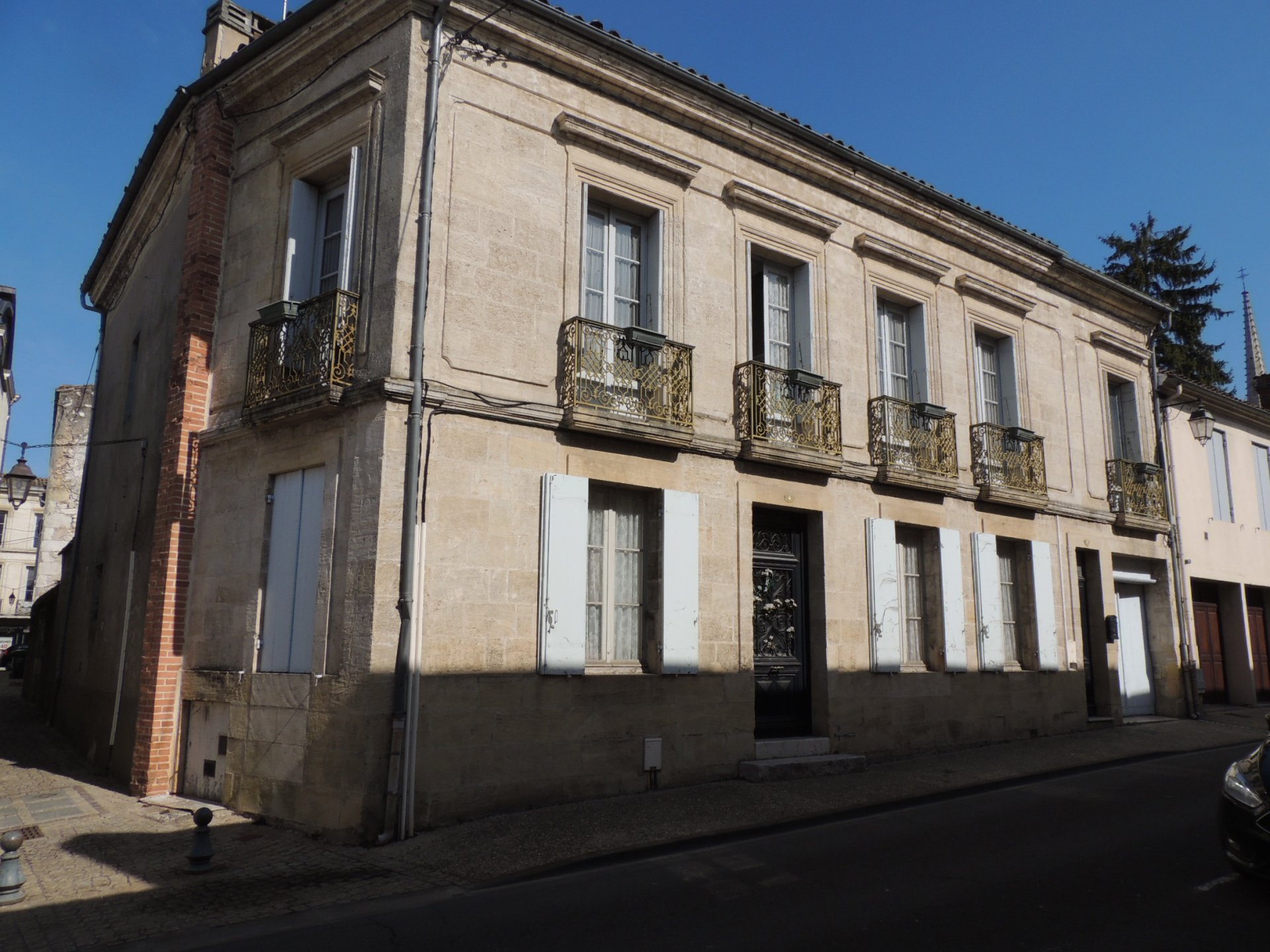 4/5 bedroom townhouse with garden, summerhouse and separate apartment
