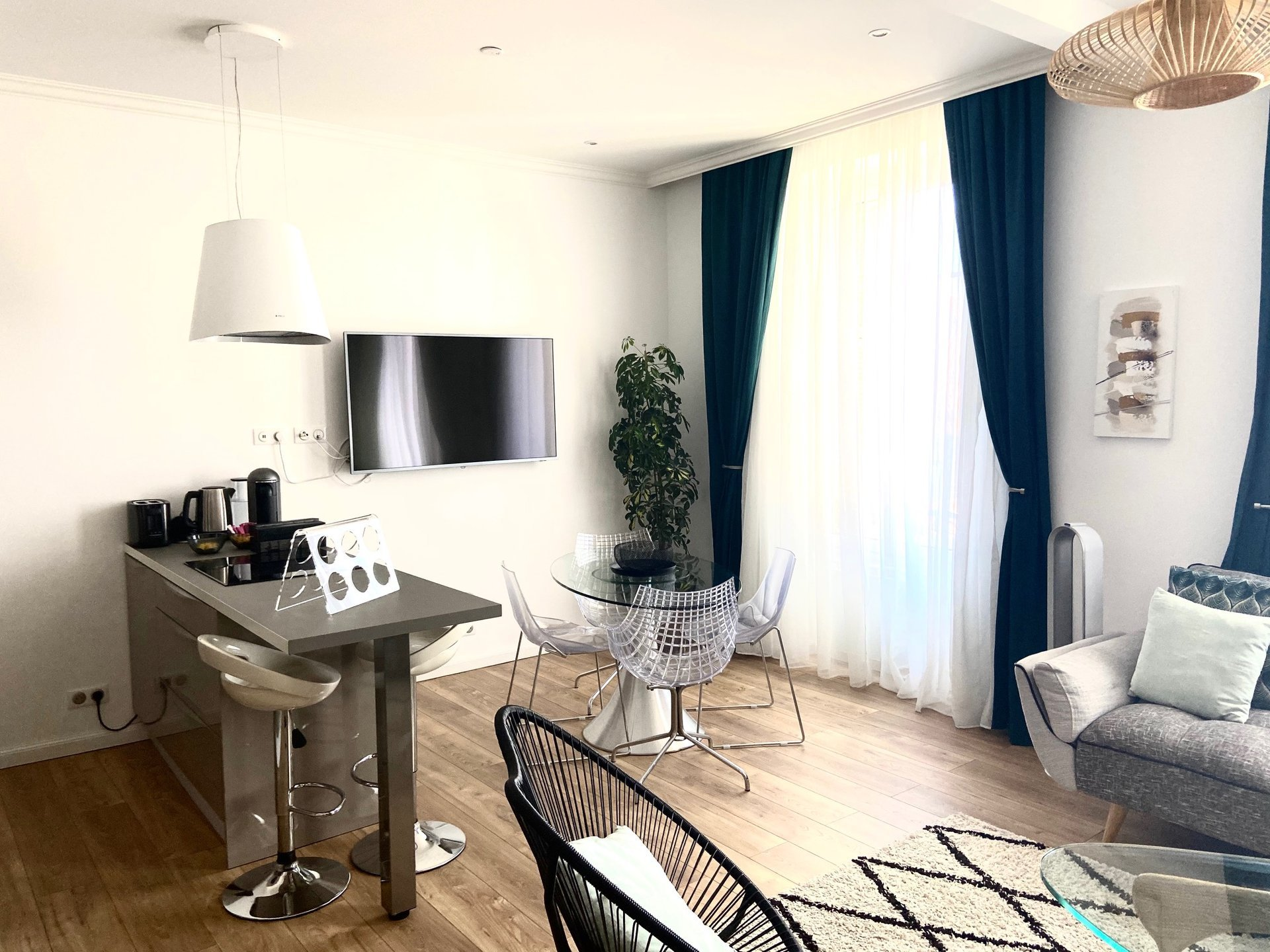 2 BEDROOMS APARTMENT PLACE GARIBALDI