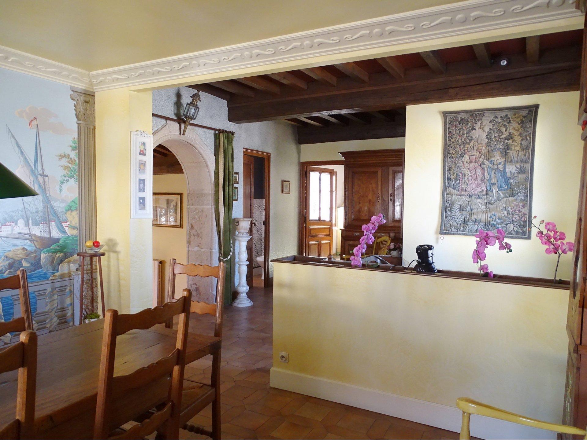 A pied des commodités de Charnay les Mâcon, superbe maison disposant de beaucoup de charme, avec un côté atypique inspiré des maisons espagnoles ! D'une surface de 215 m² habitable, elle a été rénové avec qualité, ne reste qu'à la mettre à son goût.  Elle se compose d'une entrée avec un bel escalier desservant une grande cuisine, une salle à manger et un chaleureux salon avec cheminée. Un dégagement dessert la partie nuit avec une pièce servant de dressing, une chambre avec salle de bains, deux autres chambres de belles tailles et une salle de douches.  En rez-de-chaussée, elle dispose aussi d'une cuisine équipée, d'une chambre et d'une seconde salle de douches.  Cette belle maison exposée plein sud, donne sur un terrain de 541 m² avec potager et cour et ne manque pas de dépendances avec ses trois garages.  Si vous aimez les maisons de ville qui sortent du lot, coup de c?ur assuré ! Honoraires à la charge du vendeur.