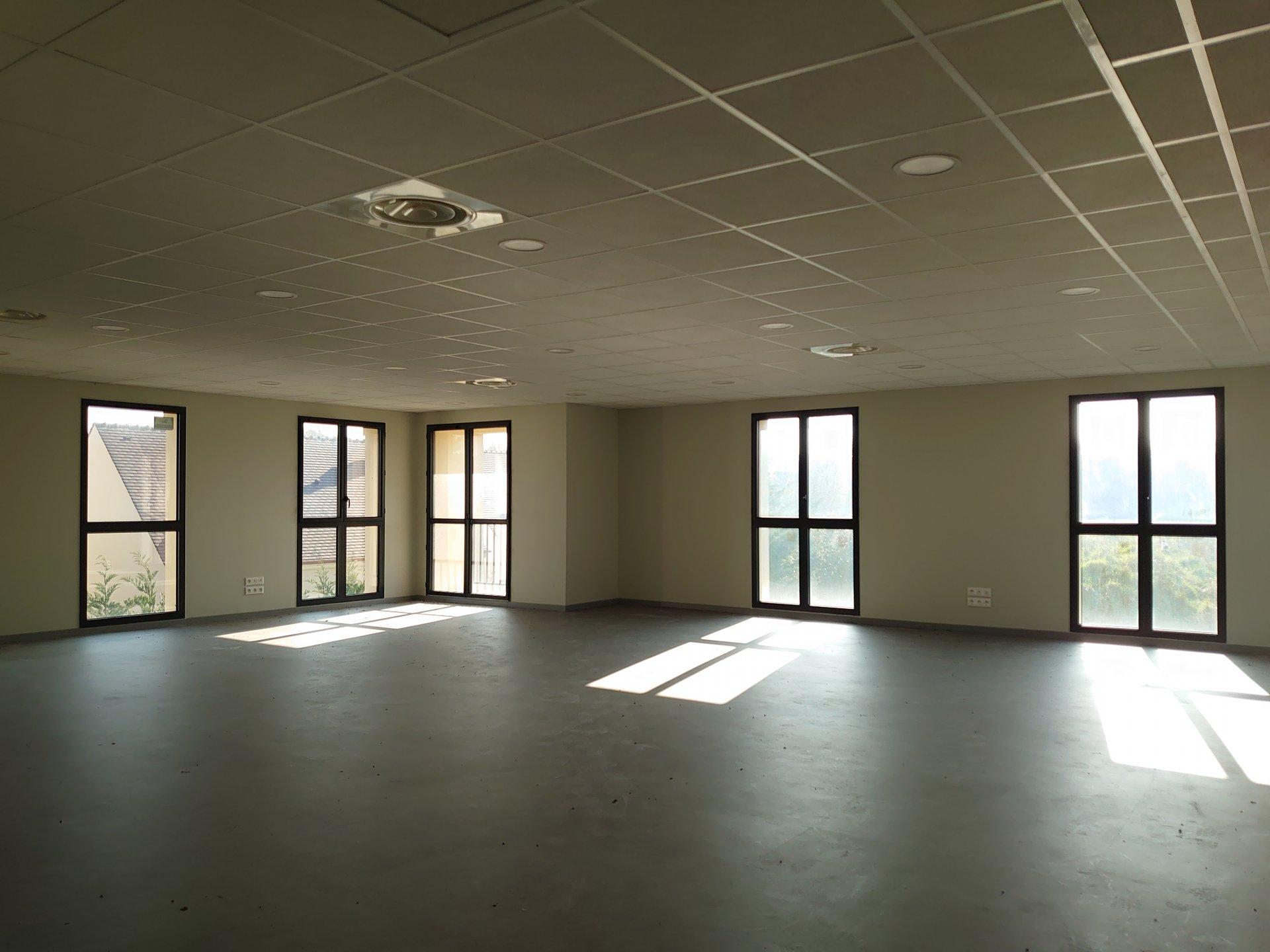 Un bureau de 106m² dans un centre d'affaires à La chapelle en serval