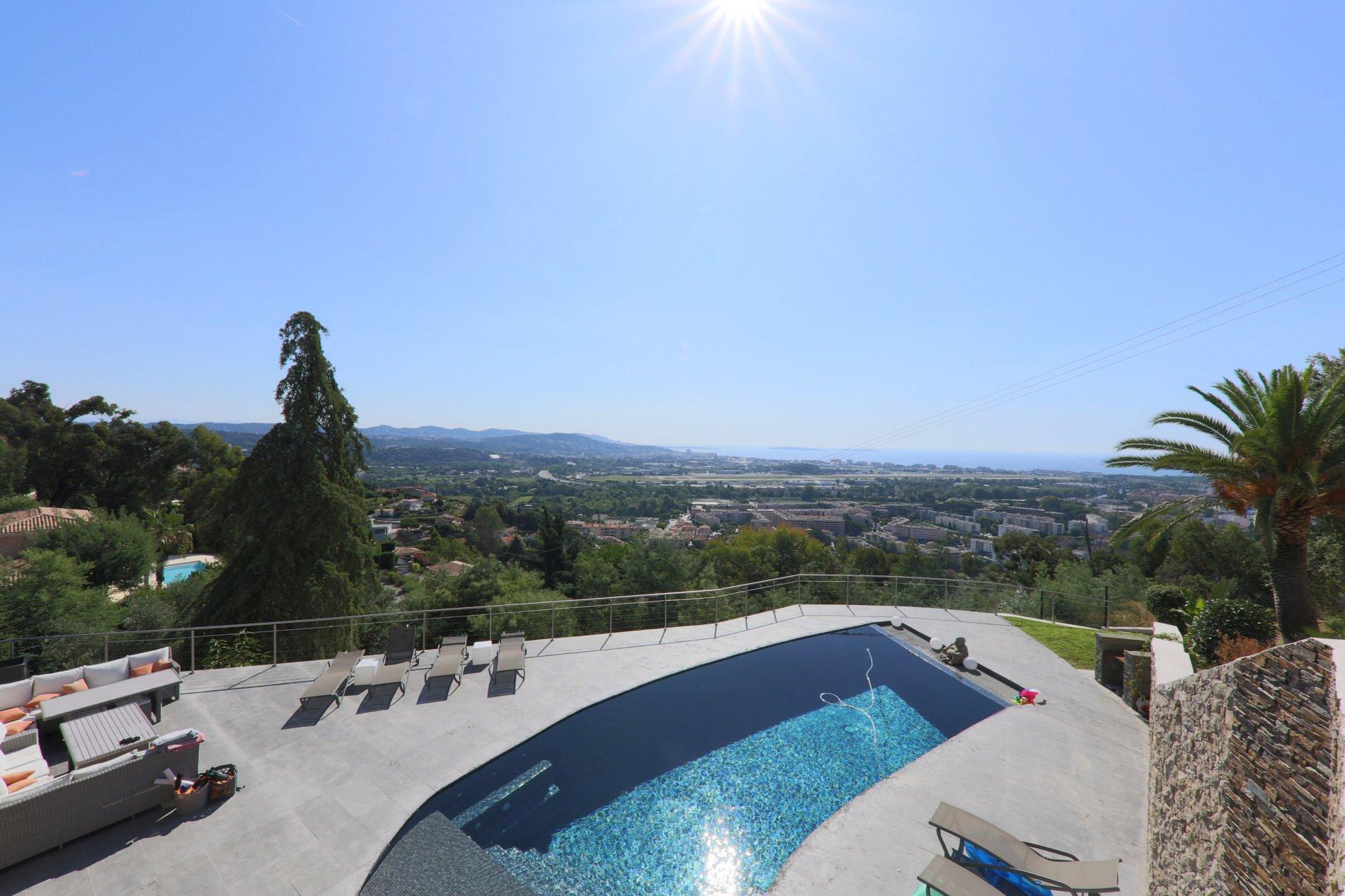 Mandelieu-la-Napoule : Très belle Villa contemporaine vue mer panoramique.