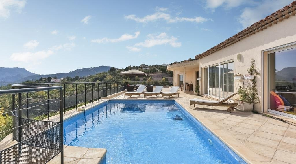 Modern villa with great view at the bay of Cannes