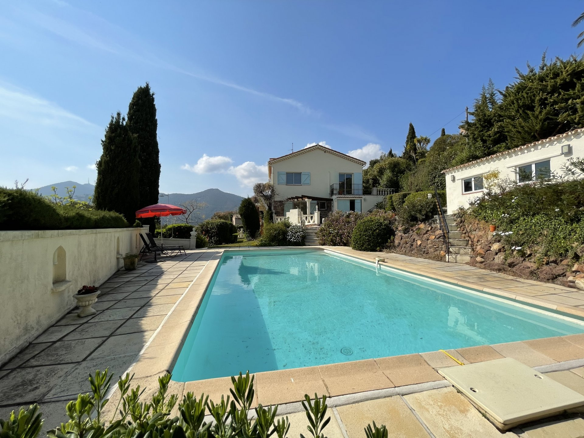 Villa mit 2 unabhängigen Ebenen, Ferienhaus, Garage, Parkplätze
