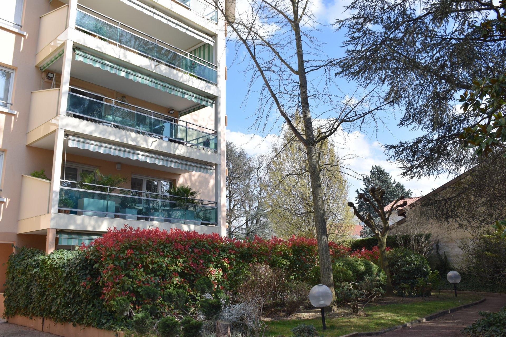 BRON T2 grande terrasse sur Parc au calme