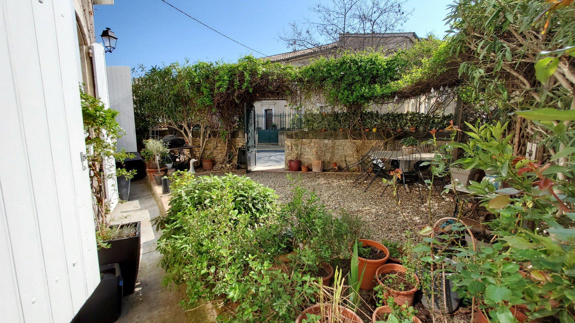 Urcharmigt byhus med en liten trädgård