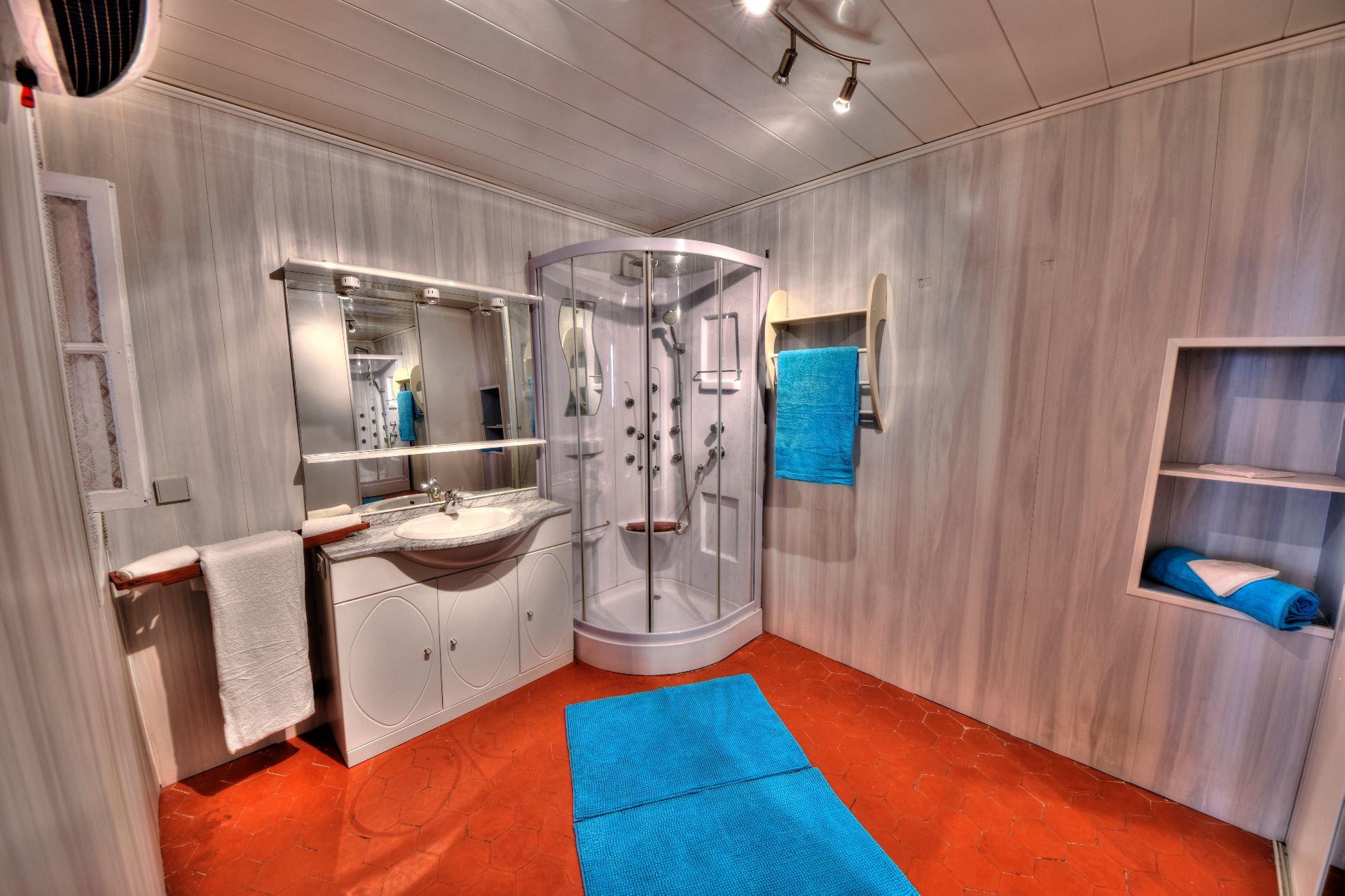 Salle de bains de la maison de village 3 chambres, Var, Provence, Verdon