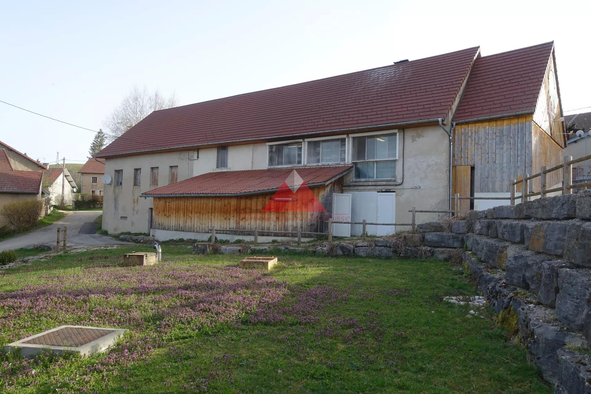 Ancienne ferme de 1853 avec garage.