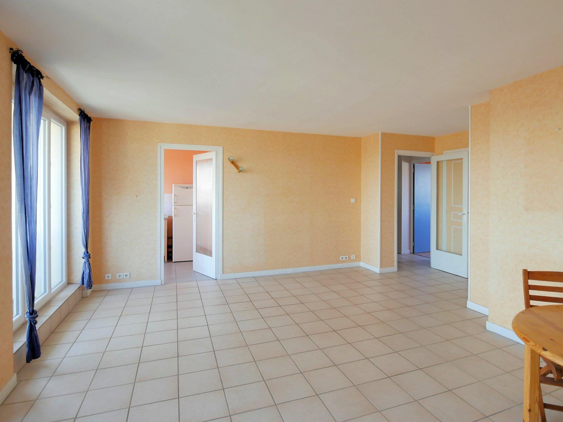 Découvrez cet appartement 3 pièces de 65 m², situé au 5ème et dernier étage, bénéficiant d'une vue dégagée sans vis-à-vis. Il dispose d'un grand séjour lumineux avec accès au balcon, une cuisine indépendante aménagée, deux chambres avec placards, une salle de bains et toilette indépendant. Cet appartement traversant bénéficie d'une belle luminosité avec son exposition Est et Ouest. Une cave et une place de parking privative viennent compléter ce bien. Vous apprécierez les grands espaces verts au pied de l'immeuble. Il est possible d'aménager une troisième chambre dans le séjour. Idéal pour un premier achat ou un investissement locatif. Pas d'ascenseur dans l'immeuble. Rafraîchissement à prévoir. Bien soumis au régime de la copropriété, nombre de lots 317, montant des charges 140 euros par mois comprenant le chauffage au sol, l'entretien des parties communes, les espaces verts, le gardien. Honoraires à la charge du vendeur.