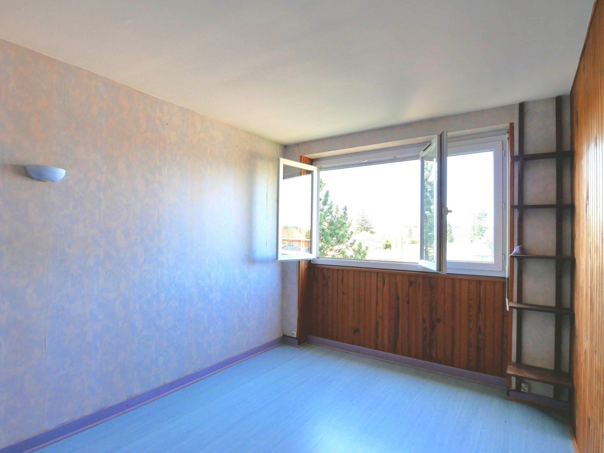 Découvrez cet appartement 3 pièces de 65 m², situé au 5ème et dernier étage, bénéficiant d'une vue dégagée sans vis-à-vis. Il dispose d'un grand séjour lumineux avec accès au balcon, une cuisine indépendante aménagée, deux chambres avec placards, une salle de bains et toilette indépendant. Cet appartement traversant bénéficie d'une belle luminosité avec son exposition Est et Ouest. Une cave et une place de parking privative viennent compléter ce bien. Vous apprécierez les grands espaces verts au pied de l'immeuble. Il est possible d'aménager une troisième chambre dans le séjour. Idéal pour un premier achat ou un investissement locatif. Pas d'ascenseur dans l'immeuble. Bien soumis au régime de la copropriété, nombre de lots 317, montant des charges 130 euros par mois comprenant le chauffage au sol, l'entretien des parties communes, les espaces verts, le gardien. Honoraires à la charge du vendeur.