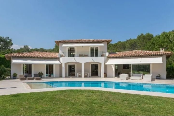 BEAUTIFUL PROVENCAL MODERN VILLA IN A PRIVATE DOMAIN