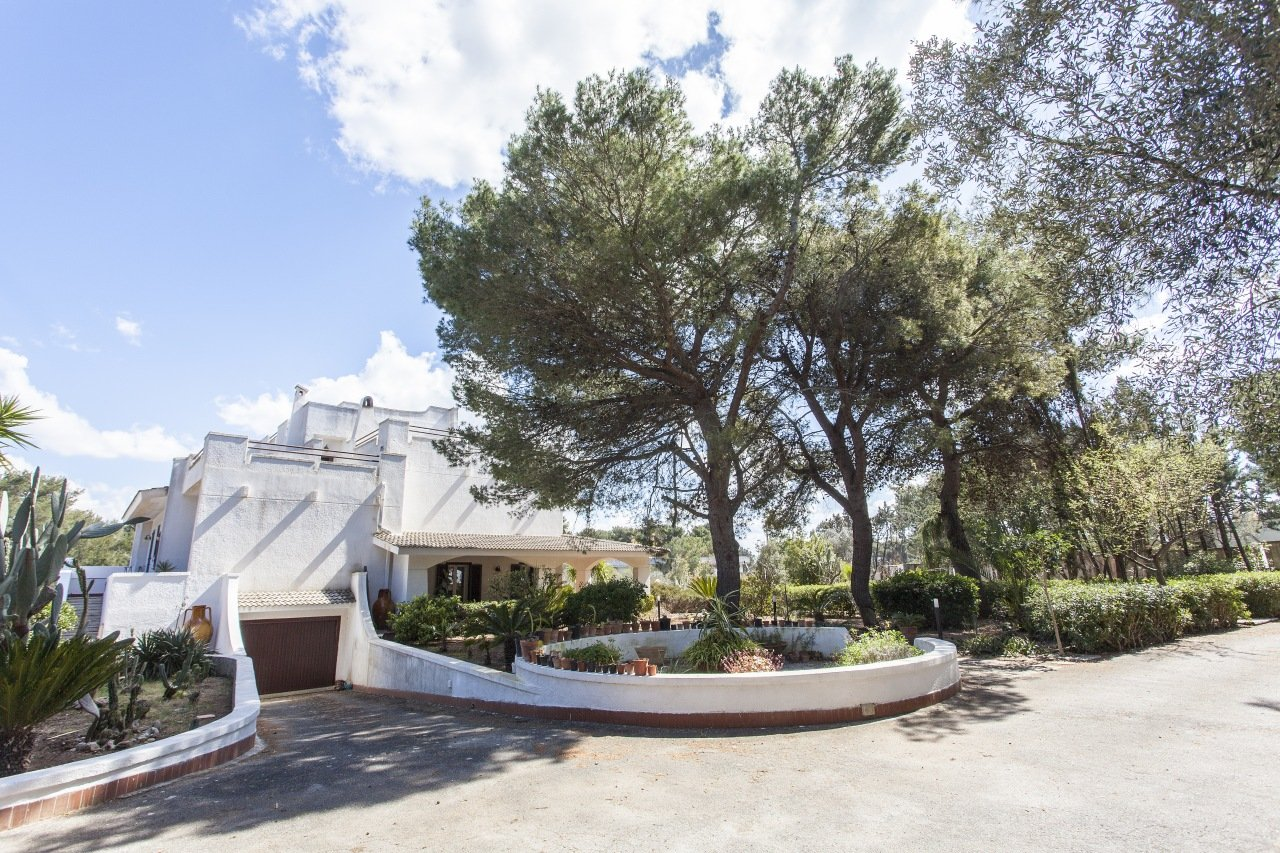 5+ bedrooms modern villa with mature garden, close to the sea