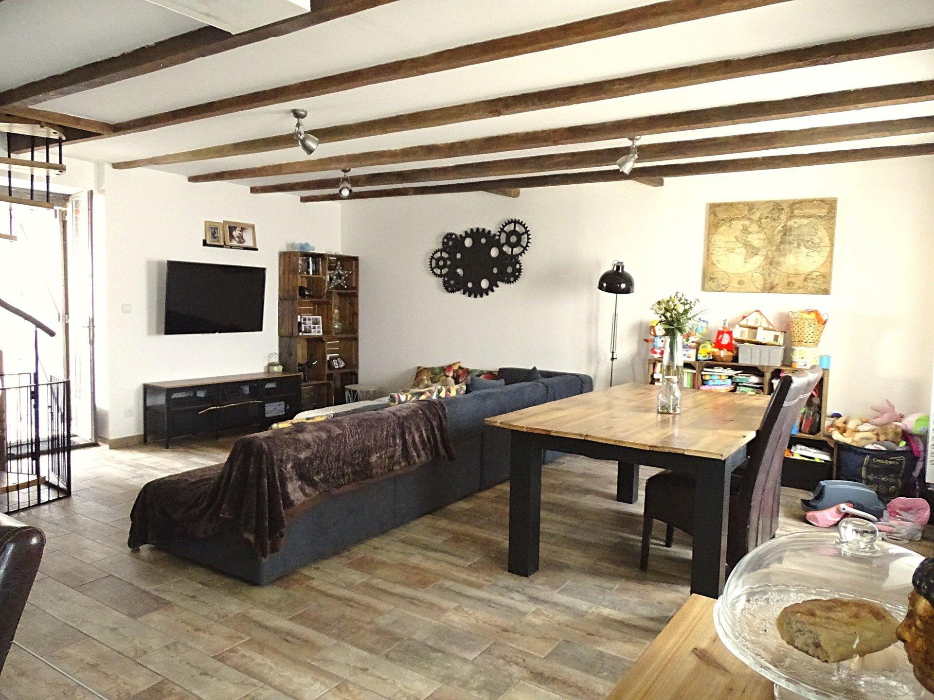 Replonges, à proximité de toutes les commodités, écoles et commerces, découvrez cette belle maison soigneusement rénovée bénéficiant de prestations de qualité. D'une surface de 162 m², elle dispose d'une spacieuse pièce de vie de 50 m² avec sa cuisine neuve aménagée et équipée, d'une vaste suite parentale avec dressing et salle de douche de 50 m² également. A l'étage, le coin nuit offre 3 chambres, une mezzanine, une salle de bains avec douche et baignoire, et un toilette séparé. Un garage, un atelier et autres dépendances complètent ce bien. De belles prestations sont à noter: l'électricité et la plomberie ont été refaites, chaudière gaz à condensation, climatisation réversible, terrain clos de 700 m² environ, terrasse à l'abri des regards... A visiter sans tarder!! Honoraires à la charge du vendeur.