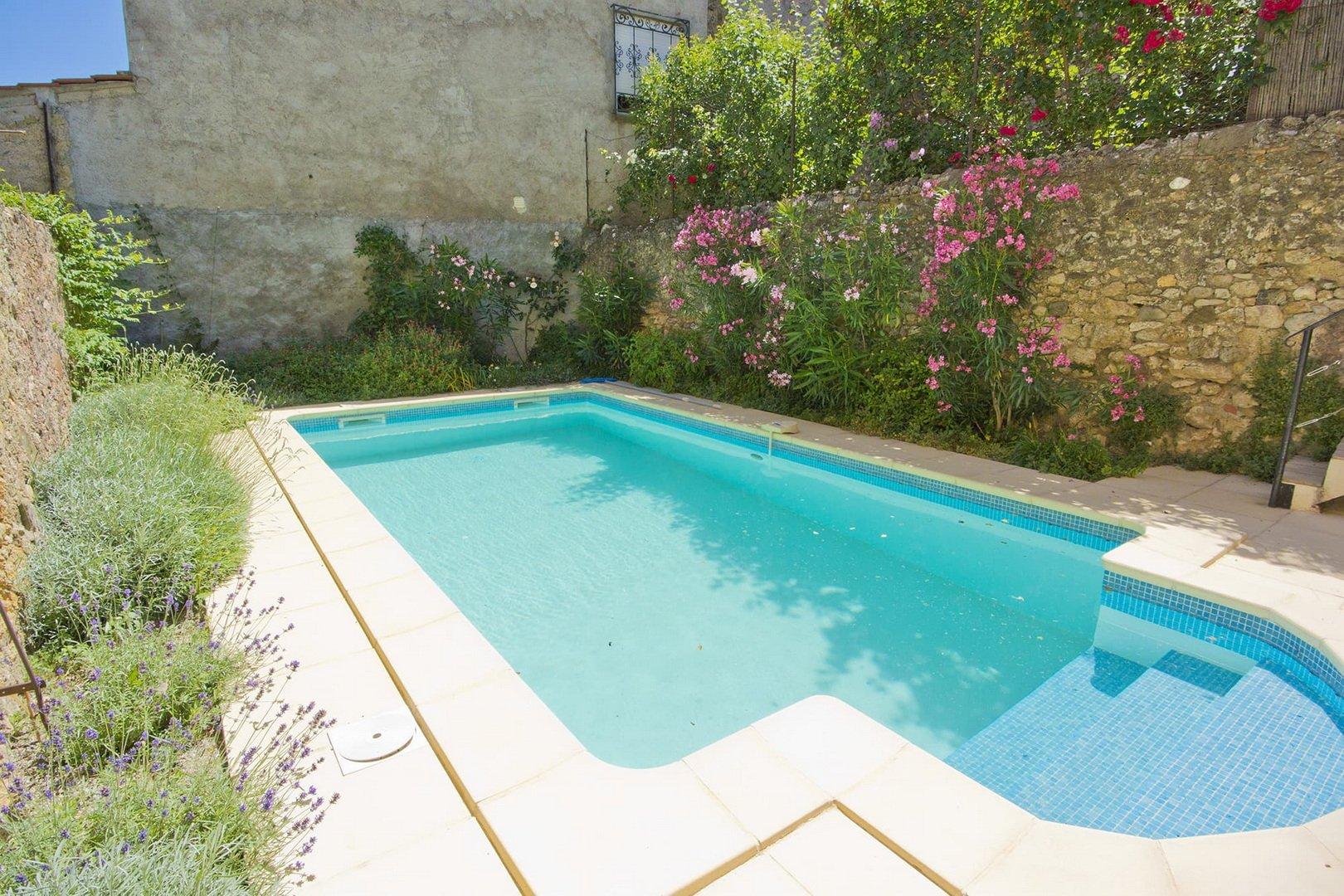 Härligt vinbondehus med garage, liten trädgård och pool
