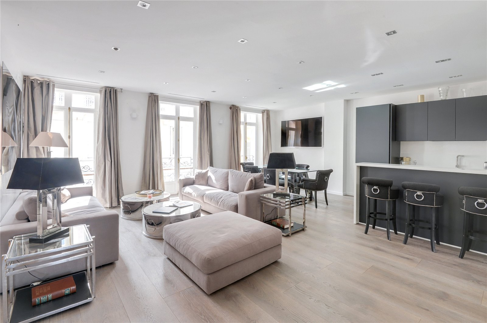 In the heart of Cannes center, boasting superb ceiling height, a fully refurbished four bedroom apar