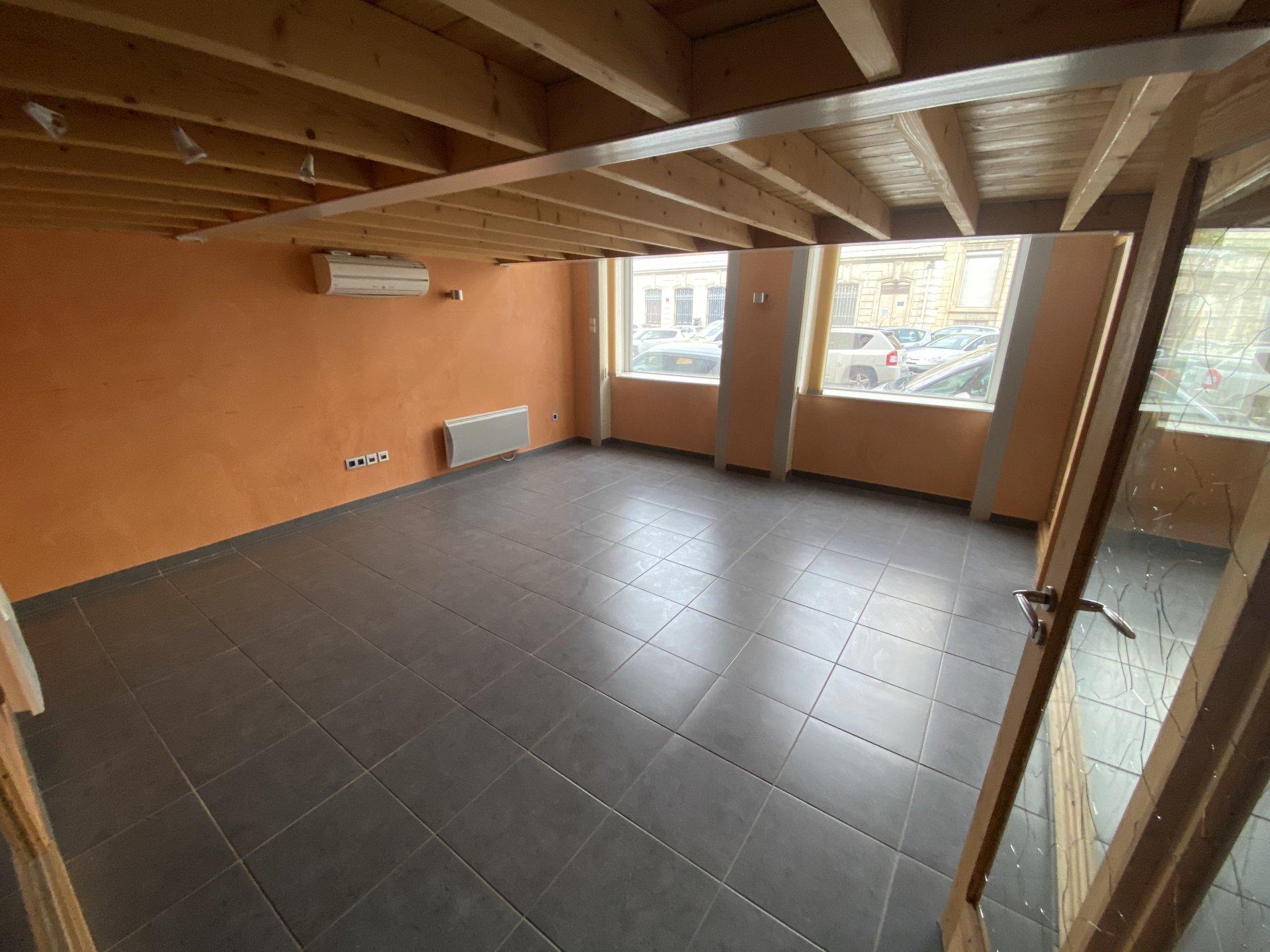 SAINT ETIENNE -LOCAL/ BUREAUX de 245 m² avec une place de parking