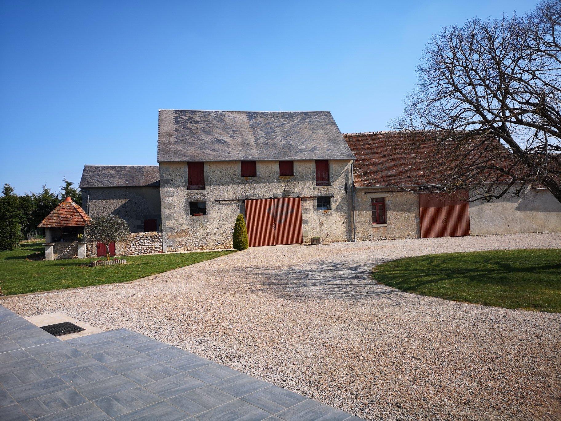 Ancien corps de ferme restauré sur 59370m² de terrain