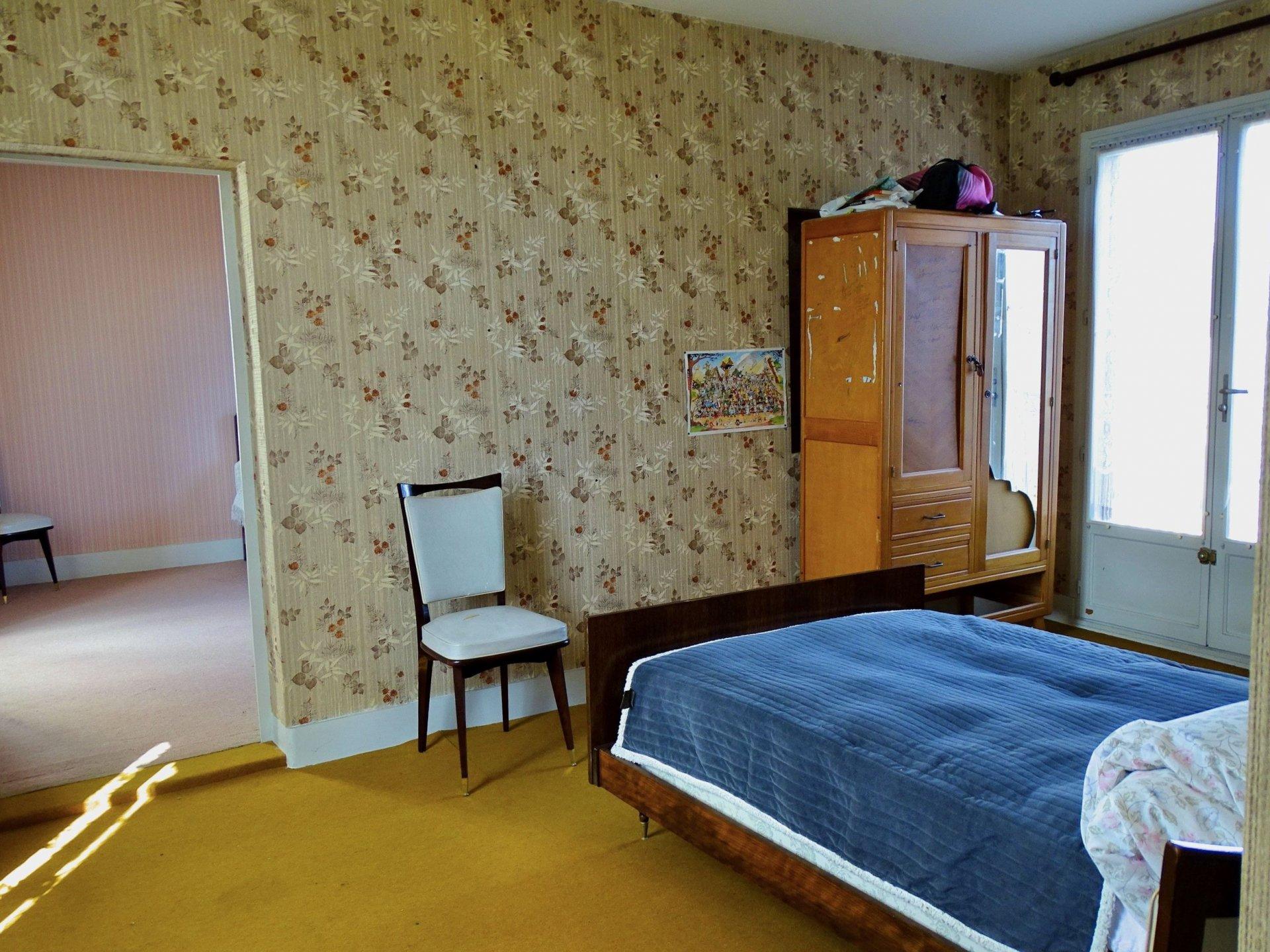 Chaintré, 10 min sud ouest Mâconnais, au calme, découvrez cette belle maison en pierre à rénover d'une surface habitable de 145 m² environ. Elle dispose d'une entrée qui dessert une cuisine et un séjour. A l'étage (demi niveau) vous trouverez une chambre, une salle de bains et un toilette séparée. L'étage supérieur offre 3 vastes chambres dont l'une d'elles s'ouvre sur une petite terrasse avec une belle vue. Des greniers et dépendances offrent la possibilité d'aménager 140 m² supplémentaire!! Un garage de 67 m² ainsi qu'une chaufferie de 21 m² complètent ce bien.  Bonus: une cour intérieure sans vis à vis et un jardin non attenant de 100 m² vous permettra d'aménager un joli potager. Maison de caractère offrant de belles possibilités aussi bien pour de la résidence principale que secondaire. A découvrir sans tarder. Honoraires à la charge du vendeur.