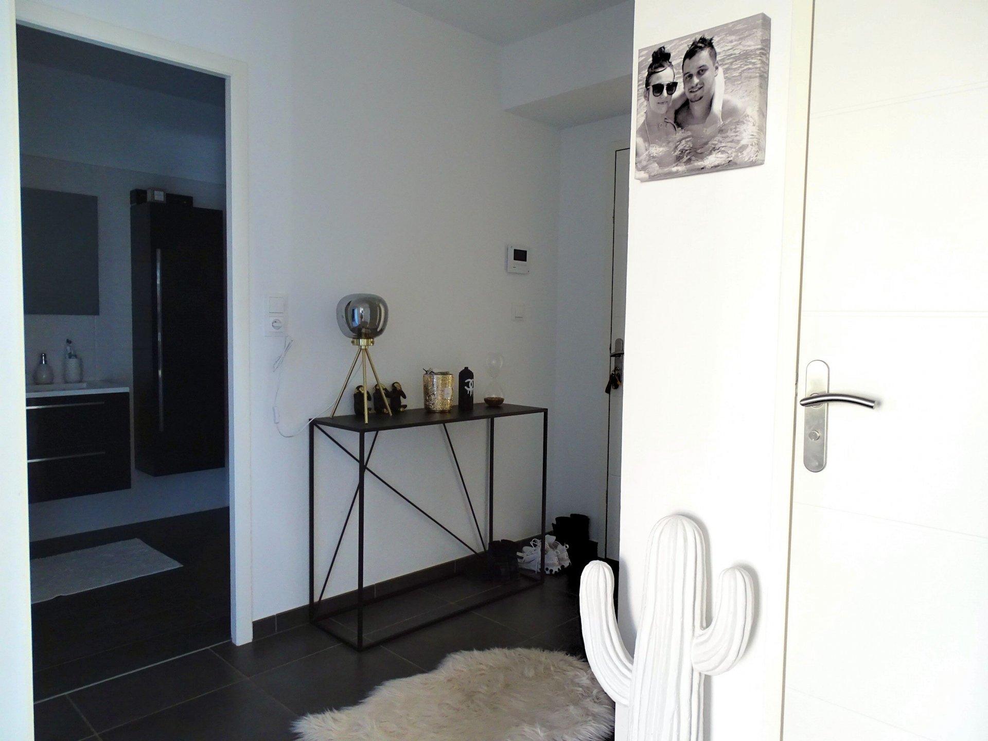 SOUS COMPROMIS Charnay lès Mâcon, au calme, à pieds de toutes les  commodités, découvrez ce grand T2 dans une résidence récente et sécurisée d'une surface de 56.26 m². Il se compose d'une entrée avec placards, d'une lumineuse pièce de vie avec cuisine aménagée et équipée, d'une chambre, d'une salle d'eau avec douche italienne et d'un toilette indépendant. Une agréable terrasse de 17.74 m² exposée ouest ainsi qu'un grand cellier et une place de parking privative complètent ce bien. Appartement très lumineux et soigneusement entretenue. De belles prestations sont à noter: visiophone, portail électrique, chauffage par pompe à chaleur. Bien soumis au régime de la copropriété (27 lots principaux - charges 83 euros/mois). Honoraires à la charge du vendeur.