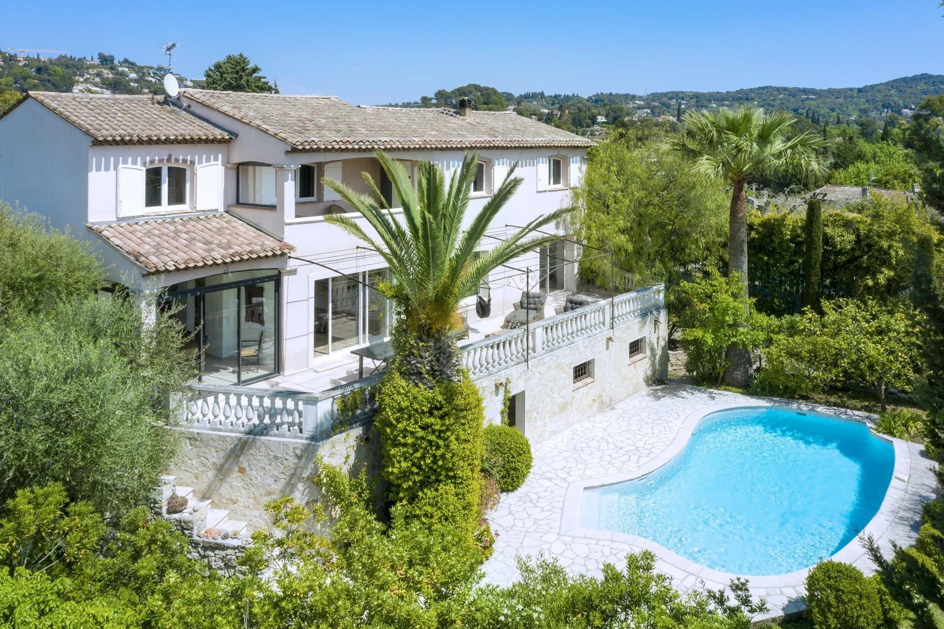 Très belle villa de 200 m² avec piscine, terrain de 1900 m² à Mougins
