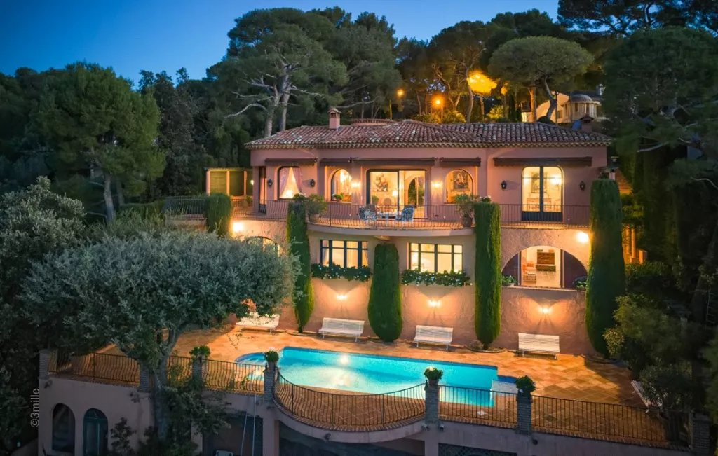 Co-exclusive. Beautiful villa with spectacular sea views in the heart of Cap Ferrat, featuring 6 bed