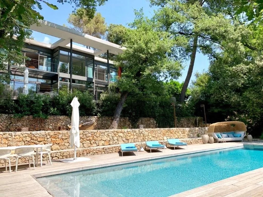 Exceptional contemporary eco villa, with 6 bedrooms and a swimming pool in a quiet and green environ