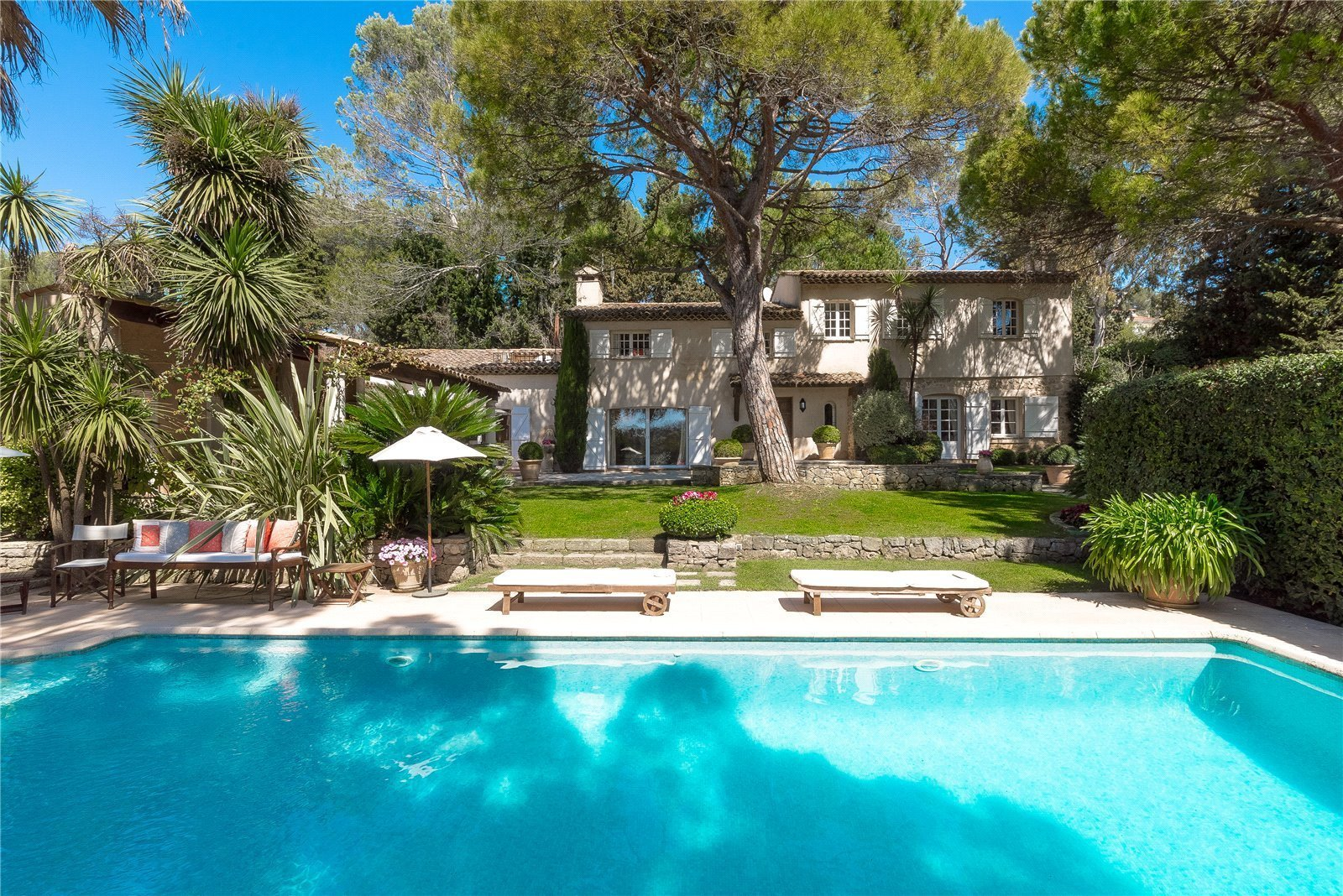Provençal property in a sought-after area with 6 bedrooms, guest apartment, tennis court and pool.
