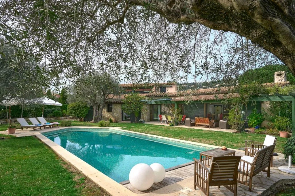 Provencal villa of 239 sq m on a beautiful ground of 2500 sq m hosting a small house of 60 sq m, swi