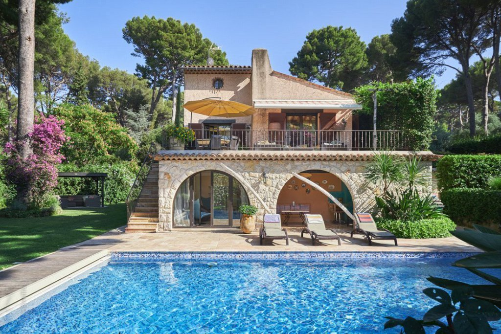 Beautiful villa with heated swimming pool, set within stunning landscaped grounds of 1,450 sq m.