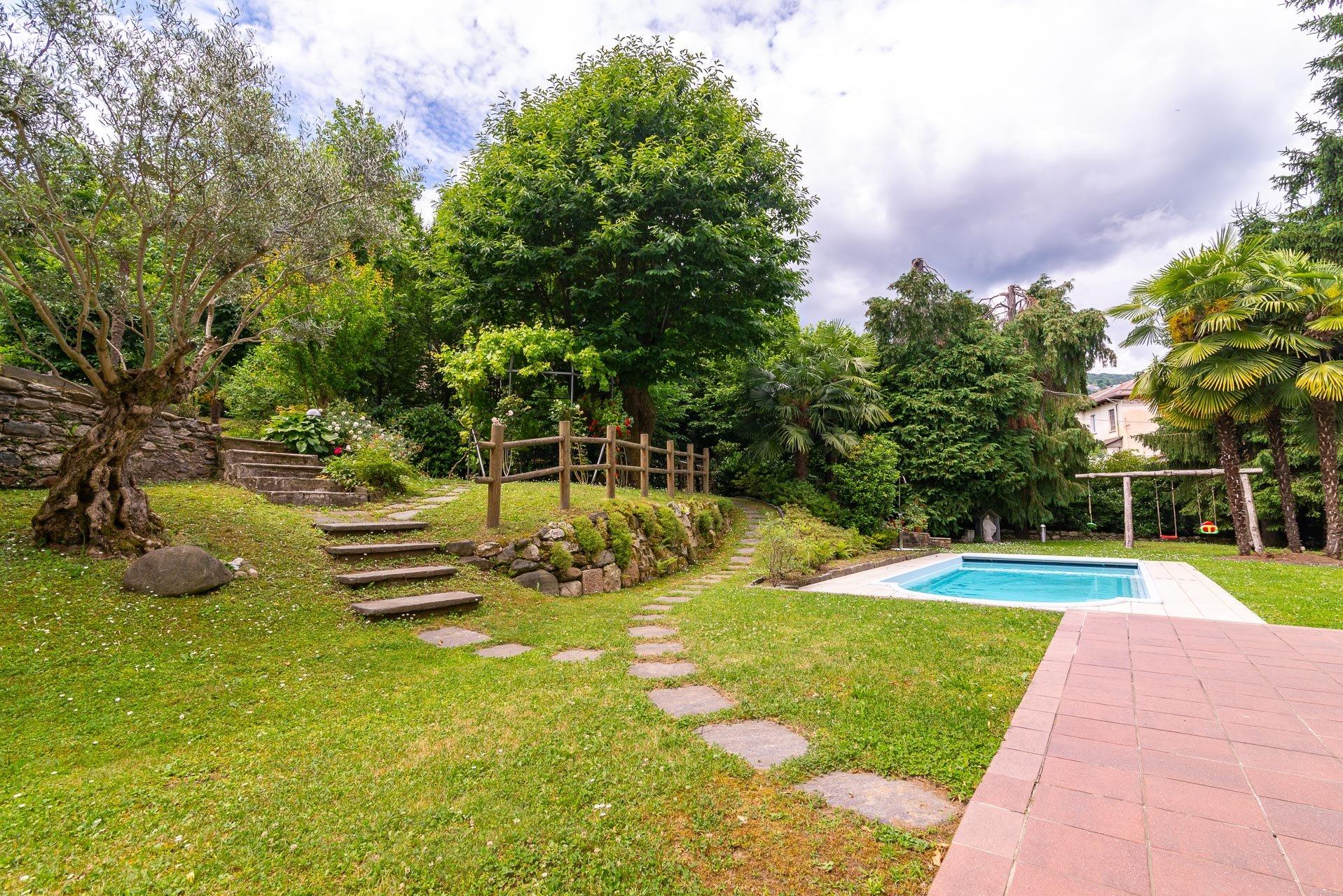 Вилла с бассейном и садом на продажу в Стрезе