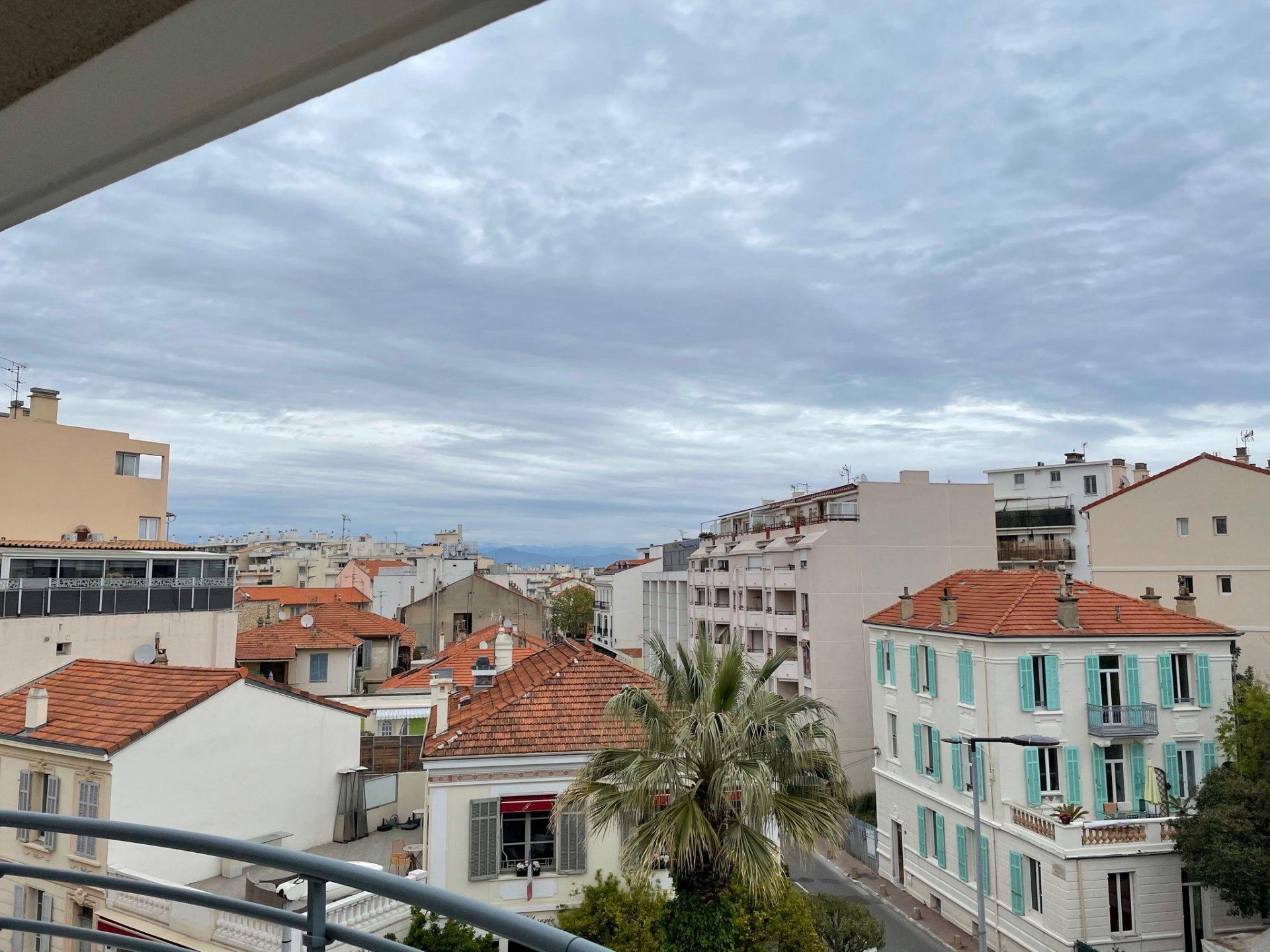 2 slaapkamer Appartement in het hartje van Antibes met terras en zeezicht