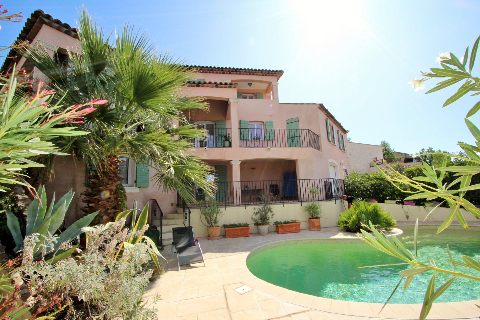 Villa avec piscine 215 m² au calme- proche centre - vue dégagée