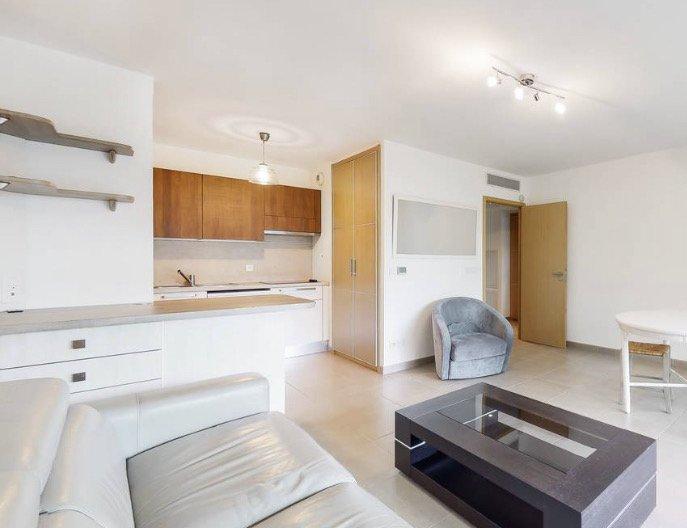 Sur la côte d'Azur, situé à 200m de la mer à Juan les Pins, très joli 2P en étage élevé dans un immeuble luxueux et récent.