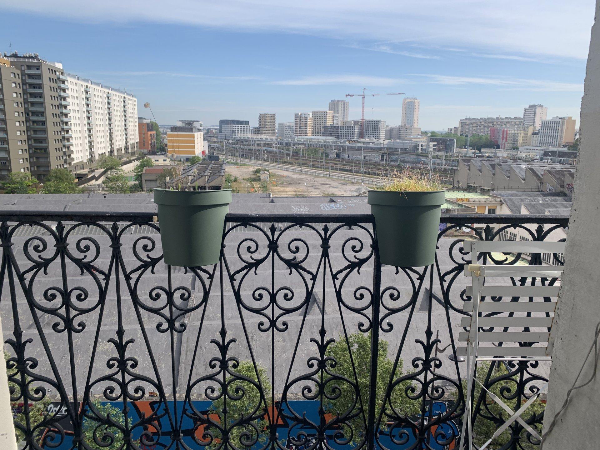 Paris - XVIII - BAS MONTMARTRE - RUE ORDENER - 3 PIÈCES - 2 CHAMBRES - TRAVERSANT - BALCON - SOLEIL - VUE CIEL ET TOITS - CALME - CACHET MANIFESTE.