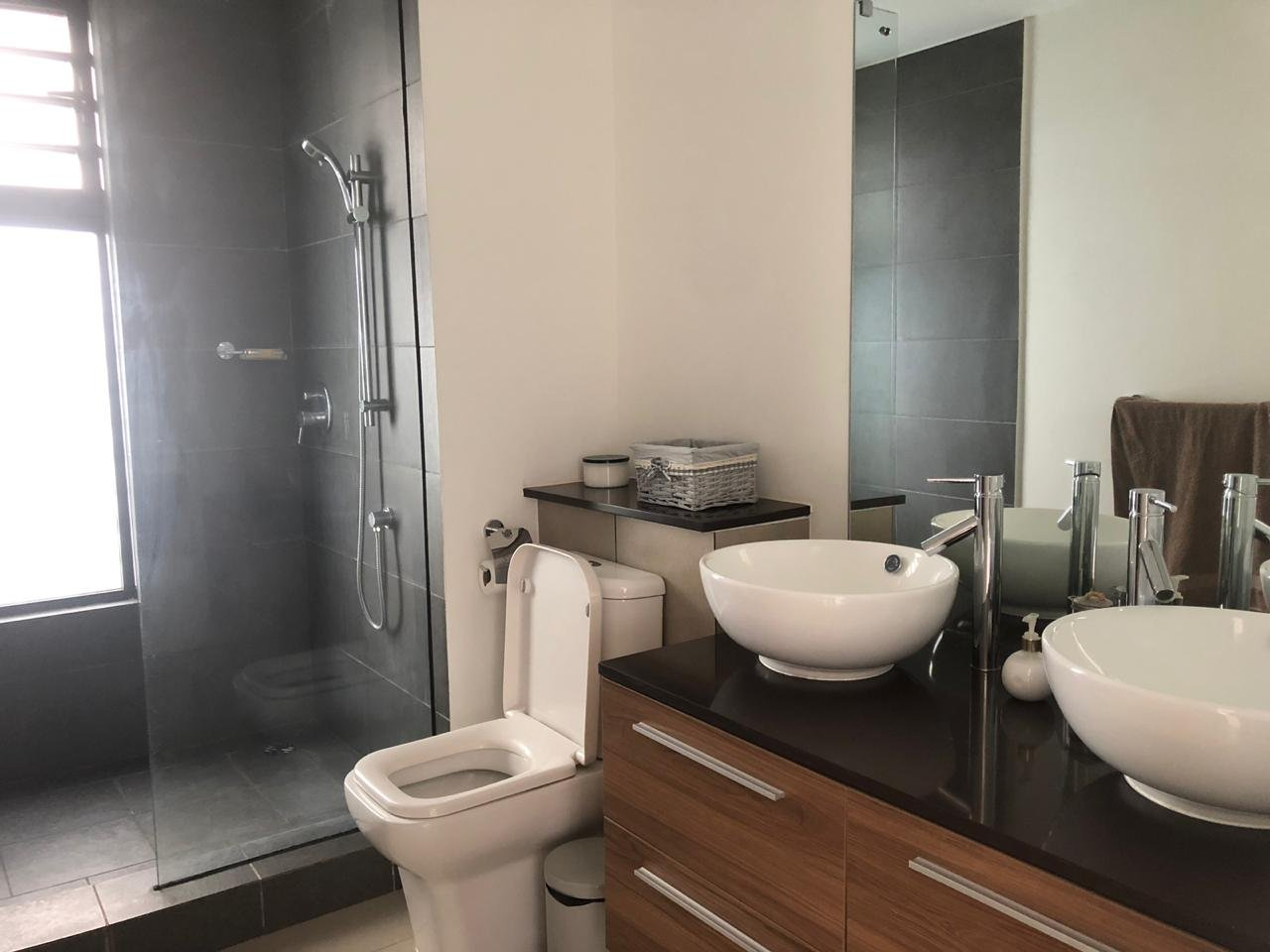 Sea, gym, beach, spa access for this modern 3 bedroom apartment for sale